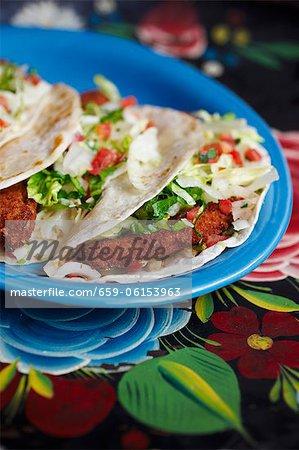 Teller mit Fried Fish Tacos