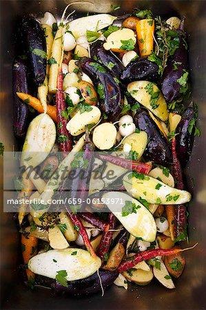 Erfahrene gemischte Gemüse bereit sein Feuer geröstet
