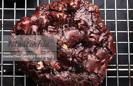 Maison biscuit Macadamias et au chocolat sur Rack de refroidissement