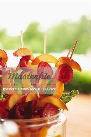 Fruits à noyaux brochettes prêtes pour le Grill