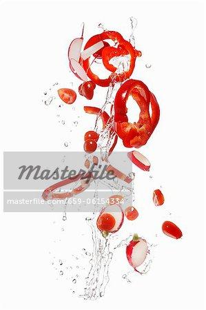 Poivrons, les tomates et les radis à laver