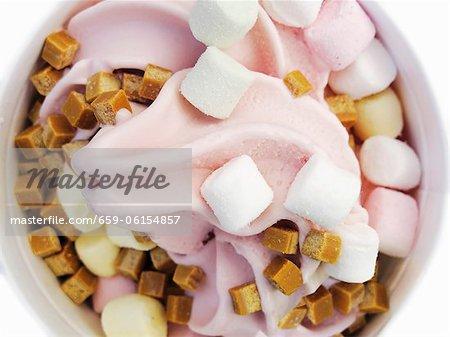 Crème glacée d'yaourt à la fraise avec guimauves et cubes de caramel
