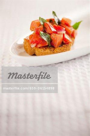 Ein Bruschetta auf einem weißen Teller
