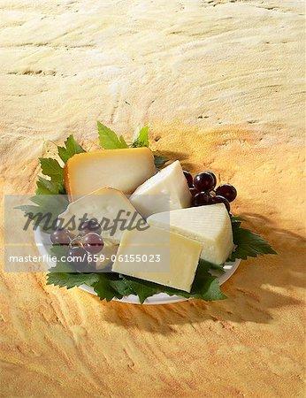 Un plateau de fromages d'Espagne avec raisins