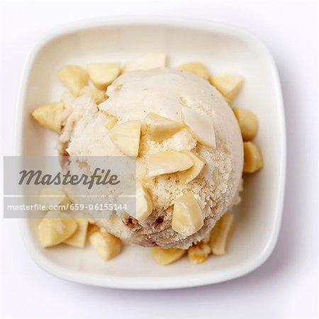Crème glacée aux amandes avec les amandes hachées