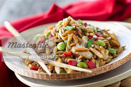 Kritharaki asiatischen Rotisserie Chicken Salat mit Stäbchen auf Platte