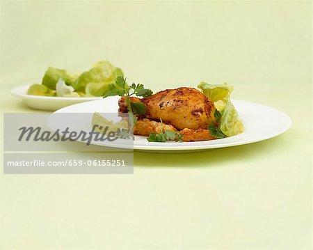 Gebratenes Huhn mit grünem Salat