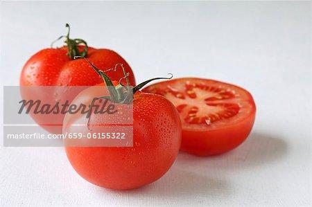 Tomates fraîches, ensemble et demi