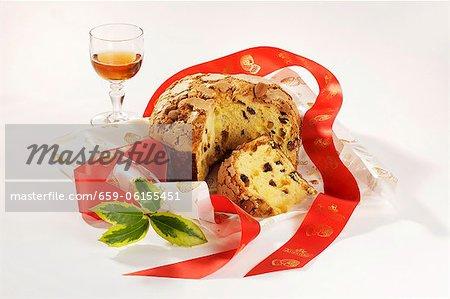 Panettone et un verre de vin santo (Italie)