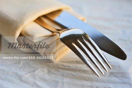 Stoff-Serviette mit Messer und Gabel