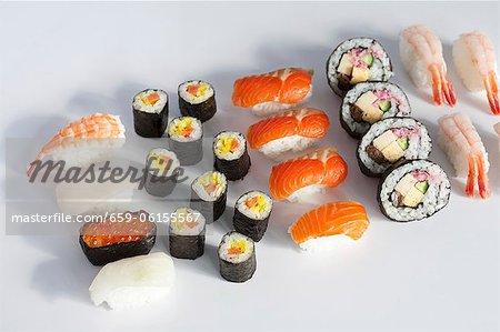 Divers types de sushi sur une surface blanche
