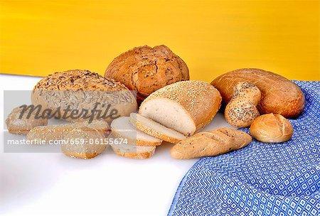 Rouleaux de différents types de pain et pain