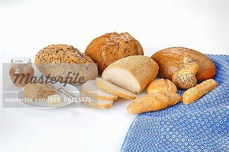 Eine Vielzahl von Brot und Brötchen mit Butter und Marmelade