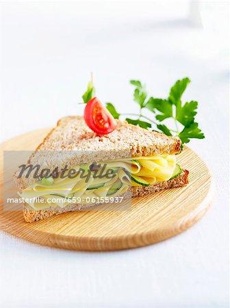 Un sandwich au fromage et cornichon sur pain complet
