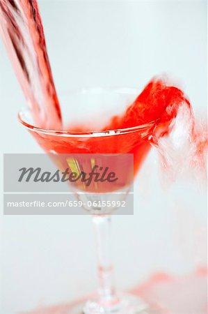 Martini rouge versé dans un verre