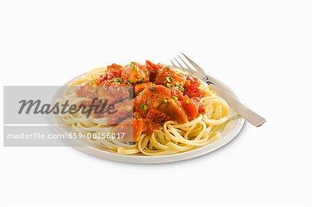 Pasta mit Slices Huhn in Tomatensauce; Weißer Hintergrund