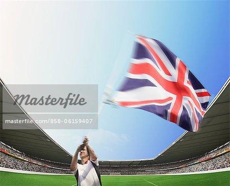 Mann im Stadion, die britische Flagge winken