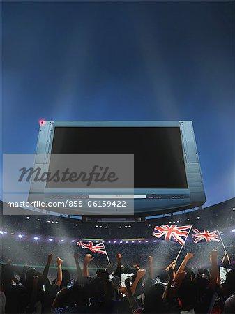 Zuschauer winken britische Flagge im Stadion, Bildschirm