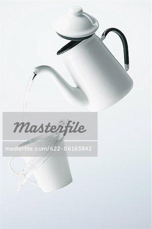 Wasser gießt in Tasse, digital manipuliert