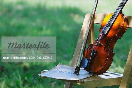 Violine am Holzstuhl