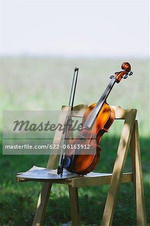 Violine und Holzstuhl