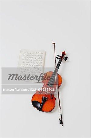 Violine, Musiknoten und Bogen