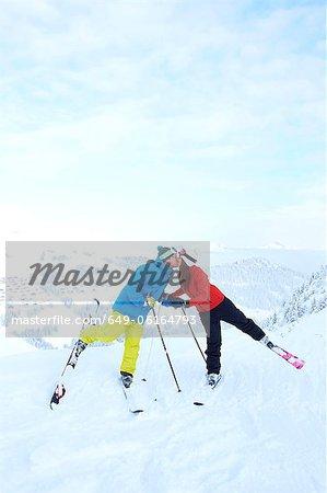 Skifahrer küssen auf verschneite Berggipfel