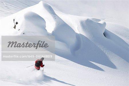Skieur sur une pente enneigée de cabotage