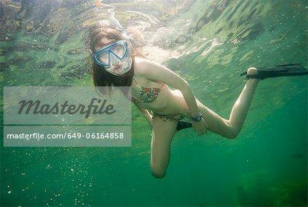 Fille de plongée en apnée dans les eaux tropicales