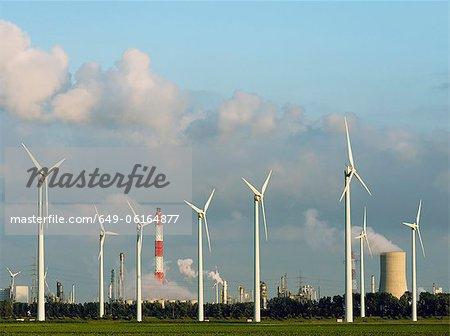 Éoliennes avec cheminée nucléaire