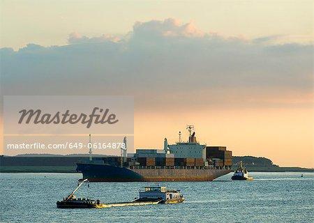 Containerschiff am Fluss Segeln