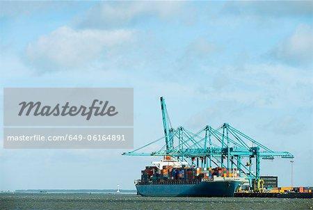 Containerschiff im Hafen angedockt