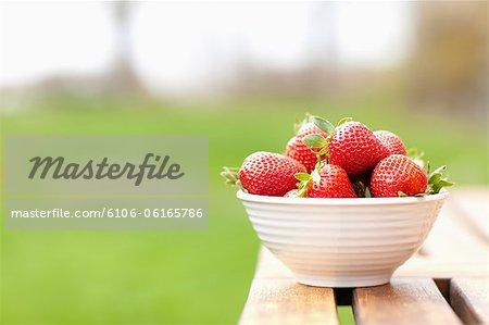 Eine Schale mit Obstüberguss