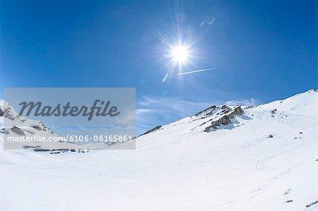 Haute montagne avec le soleil