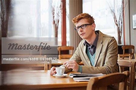 Man in einem Restaurant Tee trinken