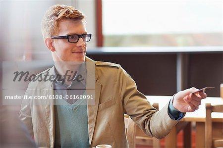 Mann, die Zahlung der Rechnung per Kreditkarte in einem restaurant