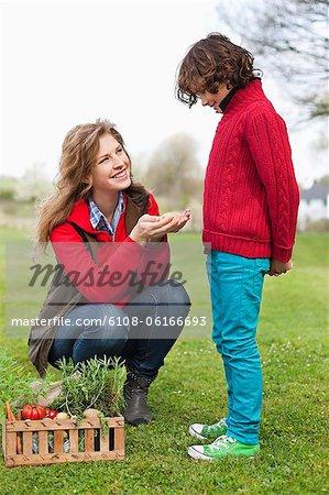 Frau mit Gemüse auf ihren Sohn