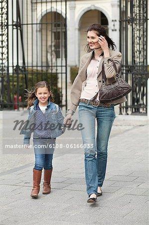 Portrait d'une fille se promener avec sa mère