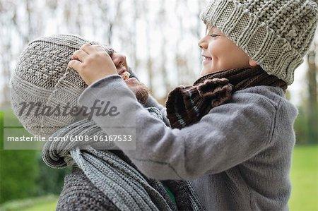 Garçon jouant avec le capuchon de son père
