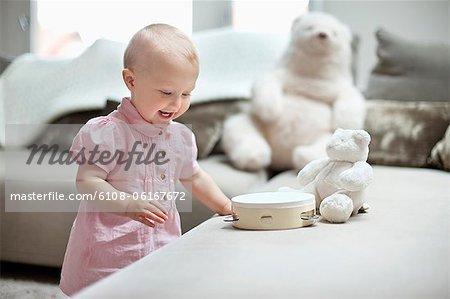 Petite fille jouant avec des jouets