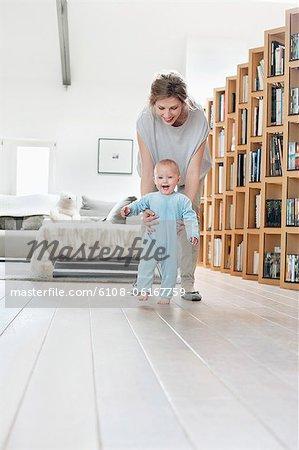 Femme jouant avec sa fille