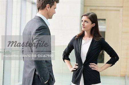 Geschäftsleute, die in einem Büro diskutieren