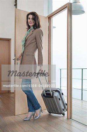 Femme arrivant à la maison de vacances