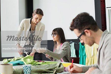 Mode-Designer arbeiten in einem Büro
