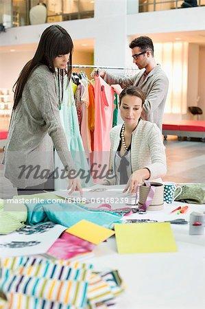 Créateurs de mode travaillant dans un bureau