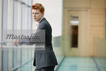 Porträt eines Kaufmanns starrte im Korridor