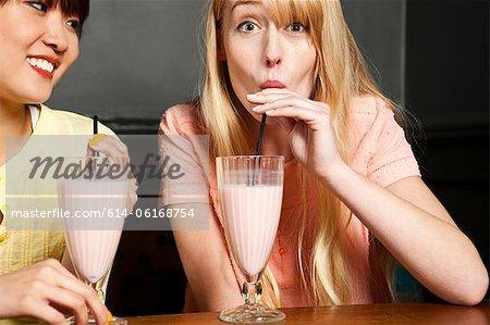 Deux femmes buvant milkshake