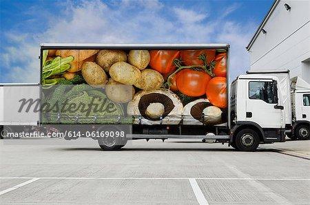 Camion avec légumes stationné à l'extérieur de l'entrepôt de distribution