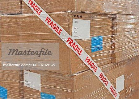 Boîtes en carton emballés avec du ruban adhésif