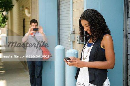 Homme photographier copine comme elle ressemble à cellphone